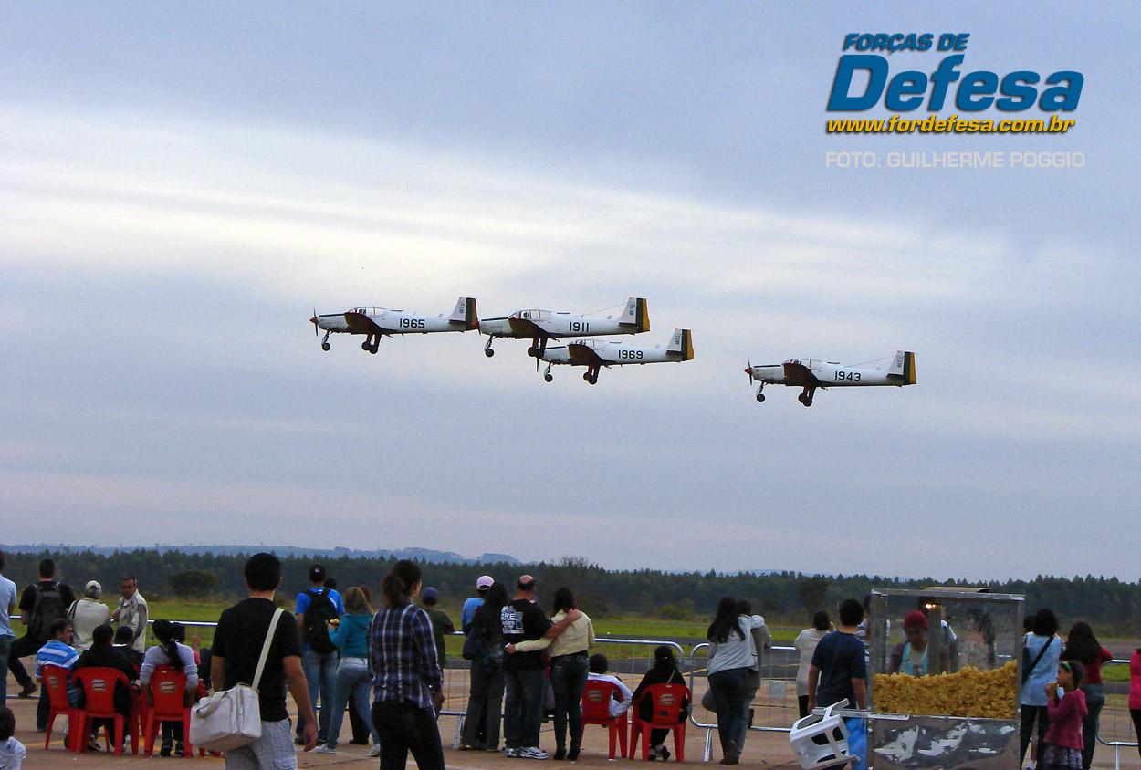 Domingo Aereo - AFA 2013 - formacao de T-25 em voo