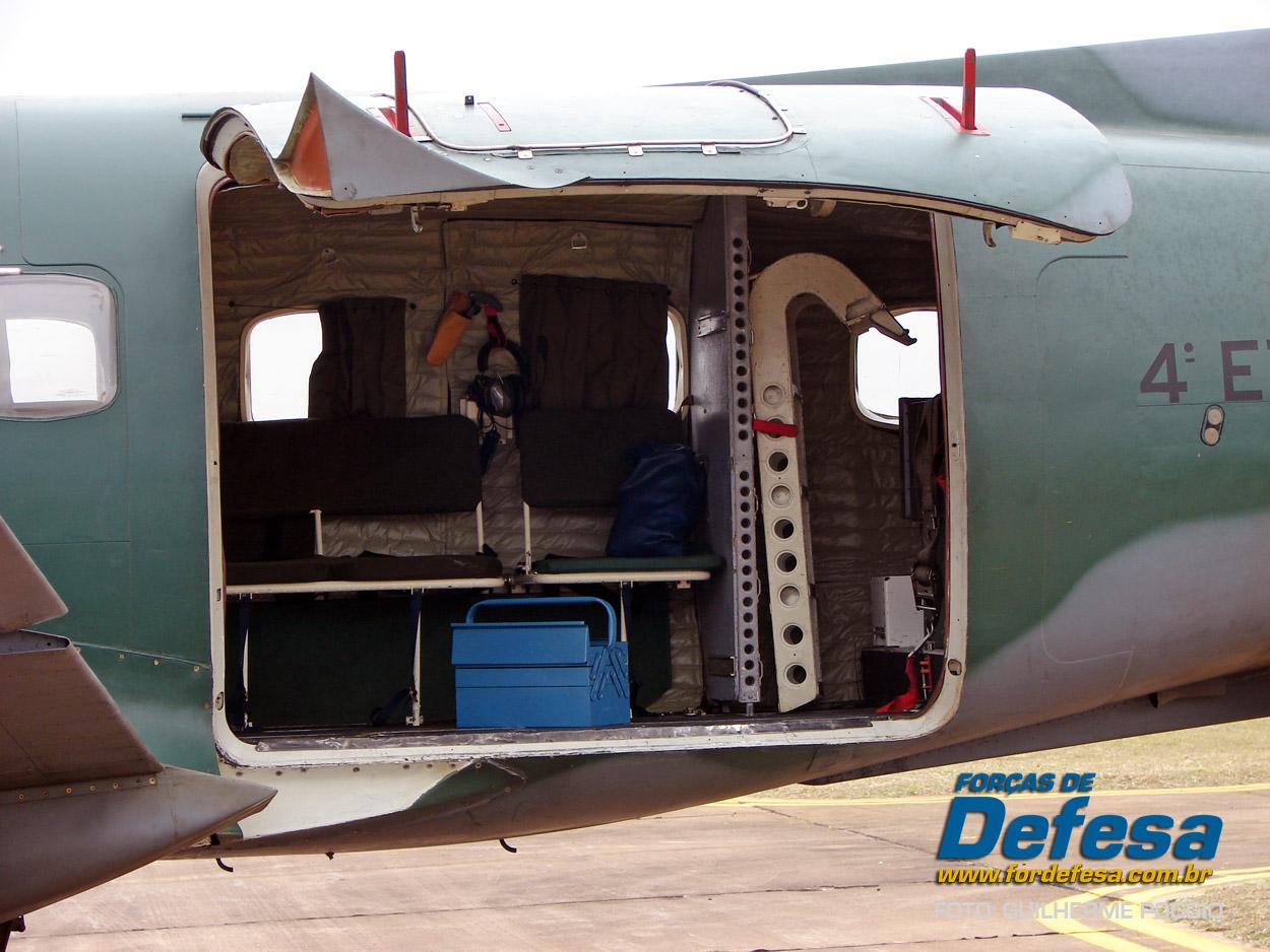Domingo Aereo - AFA 2013 - porta de carga do Bandeirante aberta