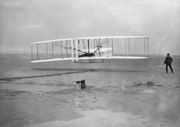"""A legenda da foto descreve: """" O Smithsonian acaba de divulgar um contrato que sugere que o museu nunca pode admitir que outra aeronave motorizada voou antes do avião dos irmão Wright...!"""