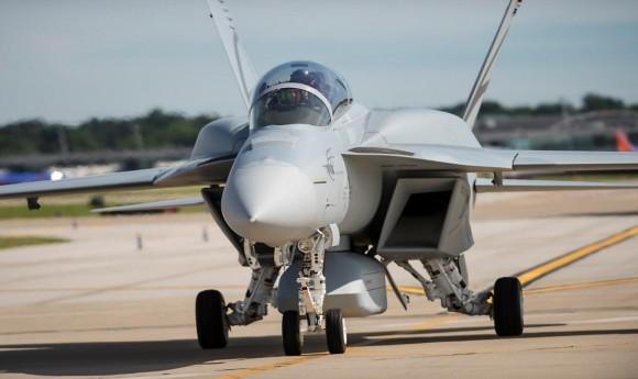 Super Hornet com CFT e pod furtivo taxiando - foto Boeing