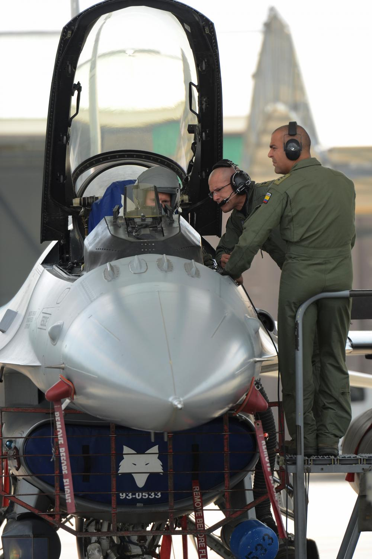 brigadeiro Rueda da FAC recebendo briefing sobre o F-16