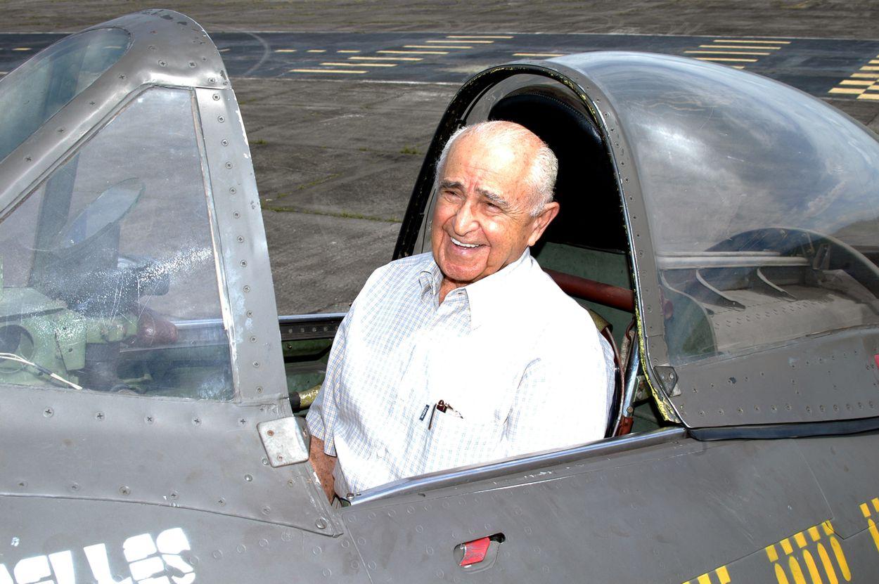 rui moreira lima no cockpit do P-47 - MUSAL