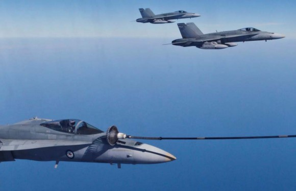 Hornet faz REVO no exercício australiano ECADEX 13 - foto MD Australia