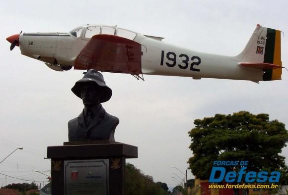 Busto de Santos Dumont junto a monumento com T-25 da FAB em praça de Pirassununga - SP - foto 2006 Nunão - Forças de Defesa