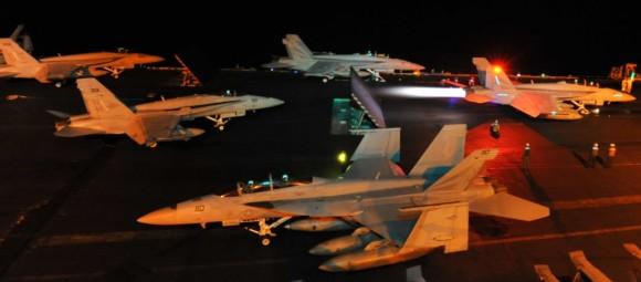 Caças Hornet e Super Hornet no convoo do USS Nimitz em out2013 - foto USN