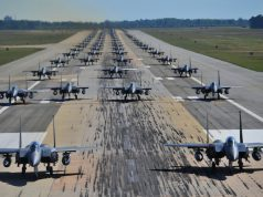 "F-15E Strike Eagles realizando um ""Elephant Walk"""