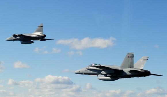 Gripen sueco e F-18 finlandês no Artic Challenge 2013 - foto Força Aérea Sueca