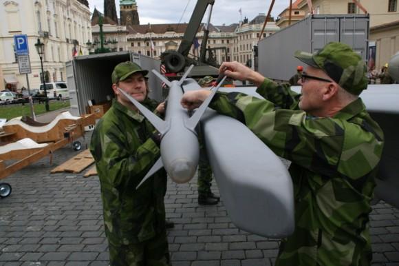 Maquete de Gripen em praça de Praga - foto 2 Min Def Rep Tcheca
