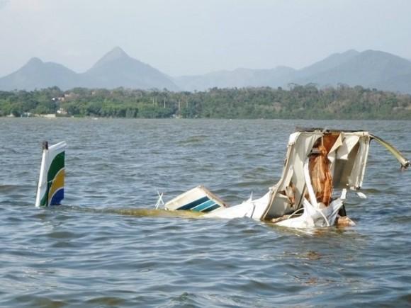 Partes de aeronave caída em Maricá - foto R Bastos - Lei Seca Maricá via G1