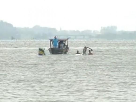 Retirada de partes de aeronave caída em Maricá - reprodução Inter TV via G1