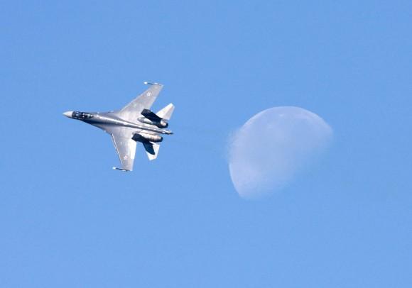 Su-35 e lua - foto Sukhoi