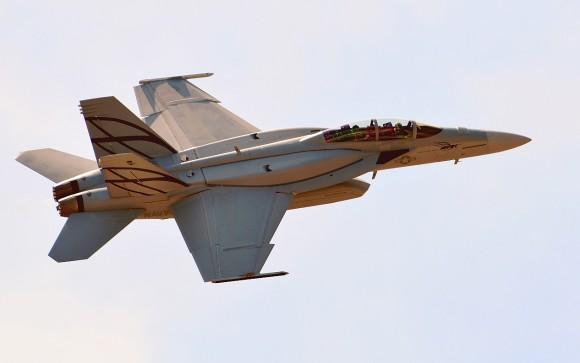Super Hornet com tanques conformais