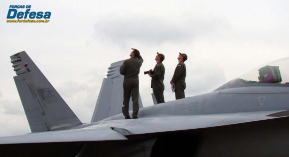 Super Hornet na AFA em 2012 com pilotos olhando ao longe - foto Nunão - Forças de Defesa Super Hornet na AFA com pilotos olhando ao longe - foto Nunão - Forças de Defesa
