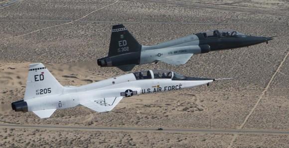 T-38A em voo de despedida com  T-38C em Edwards - ampliação foto USAF