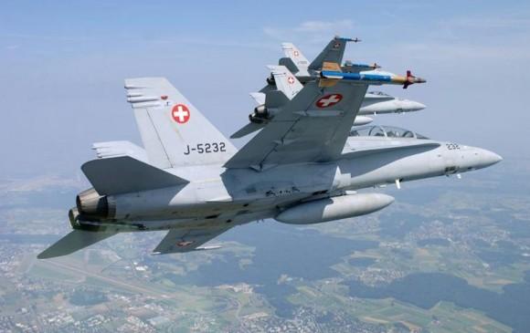 formação de Hornets suíços com F-18 D em primeiro plano - foto Força Aérea Suíça