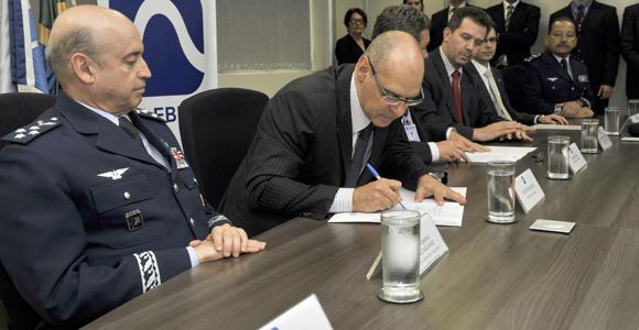 Assinatura contrato SGDC - foto Ministério da Defesa