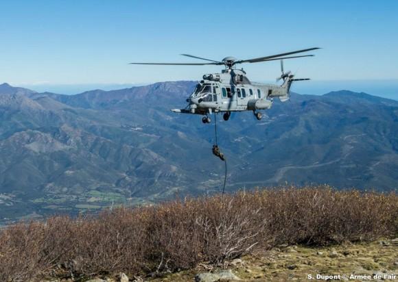 Caracal do EH 1-67 Pyrénée no  exercício Salamandre na Córsega - foto Força Aérea Francesa