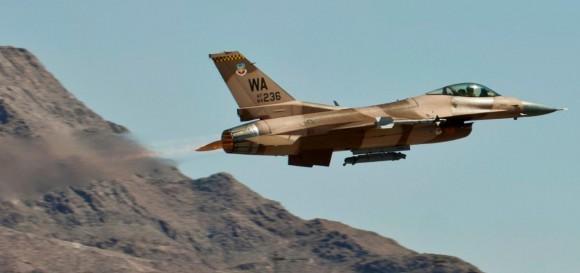 Decolagem com pós-combustão de F-16 de esquadrão aggressor - foto USAF