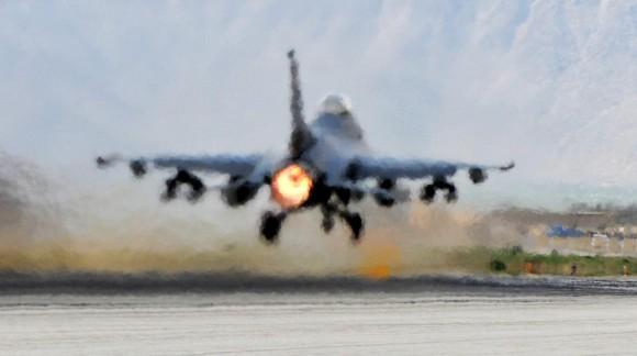 Decolagem de F-16 com pós-combustor acionado - foto USAF