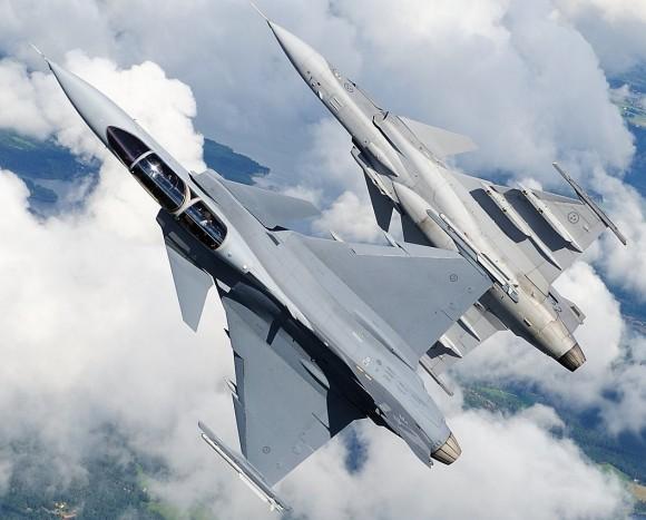 Demonstrador do Gripen F e Gripen D em voo - foto Saab