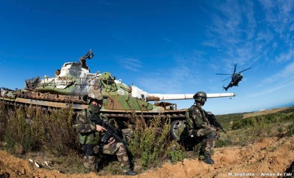 Helicópteros ao fundo e militares do CPA 30 no exercício Salamandre na Córsega - foto 3 Força Aérea Francesa