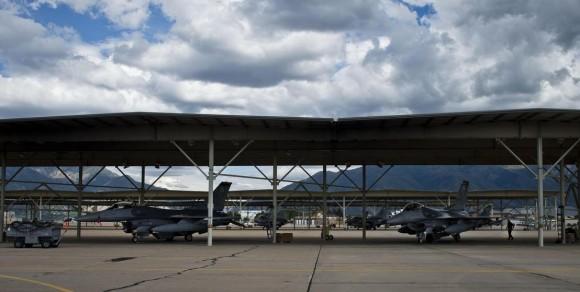 caças F-16 na Base Aérea de Hill nos EUA afetados pela Sequestration - foto USAF