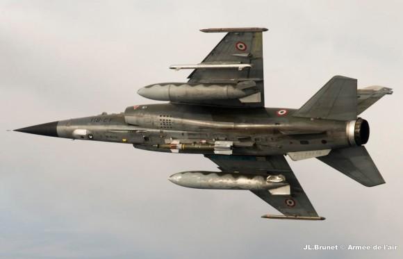 Mirage F1CR com bomba na estação ventral - foto Força Aérea Francesa