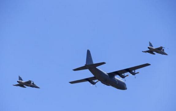 caças Gripen da África do Sul escoltam C-130 com corpo de Nelson Mandela - foto 2 The Independent