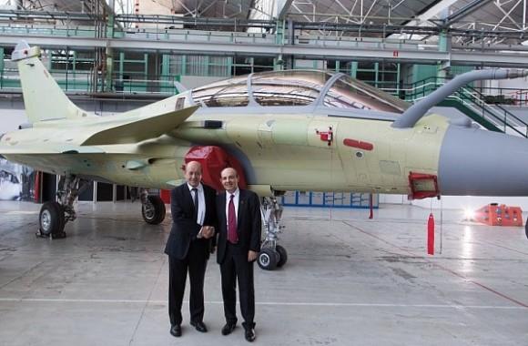 Lançamento Rafale F3R em Merignac - à direita CEO Eric Trappier e MD Le Drian à esquerda - foto Dassault