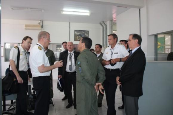 Comitiva da Força Aérea da Suécia conhece instalações da BAAN - foto FAB