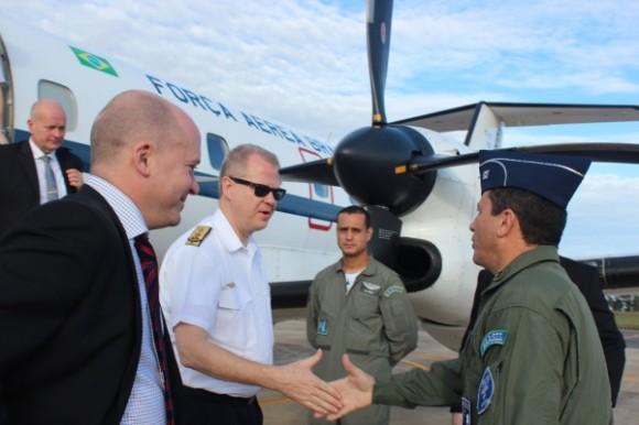 Comitiva da Força Aérea da Suécia recepcionada pelo comandante da BAAN - foto FAB
