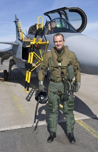 Coronel Afonso e Gripen - arquivo pessoal via G1