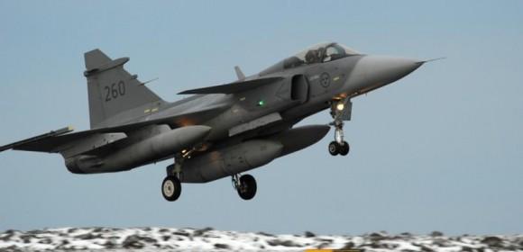 Gripen sueco pousa na Islândia para o Iceland Air Meet 2014 - foto Forças Armadas da Suécia