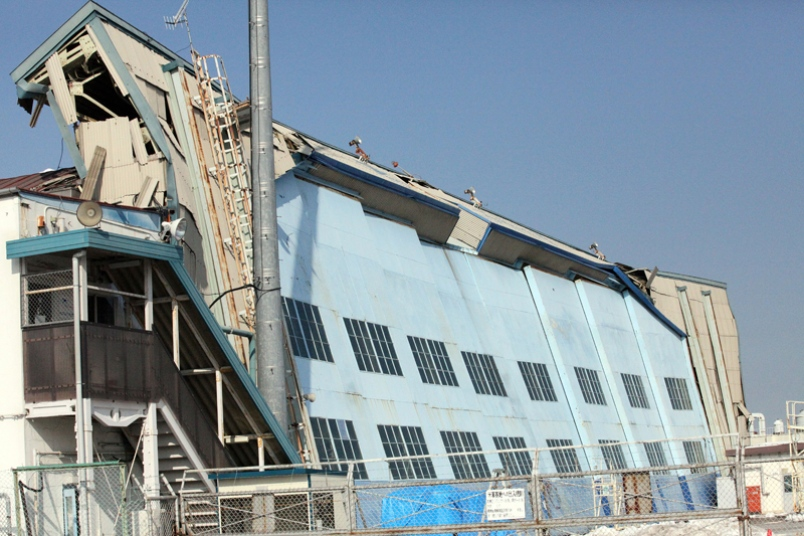 colapso do teto do hangar no japao - foto stars and stripes