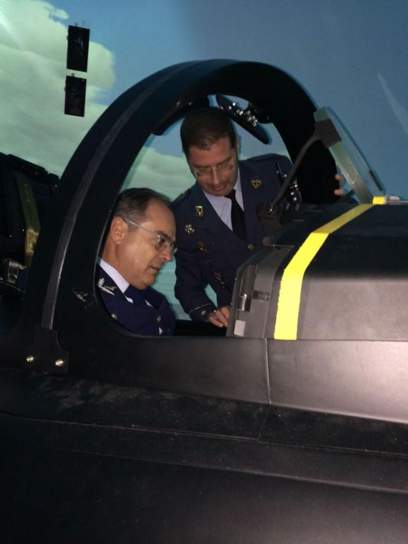 Comandante da FACh experimenta simulador de Eurofighter Typhoon na Espanha - foto 2 FACh