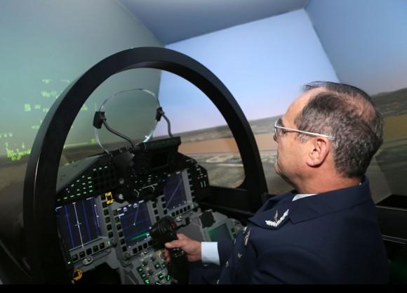 Comandante da FACh experimenta simulador de Eurofighter Typhoon na Espanha - foto FACh