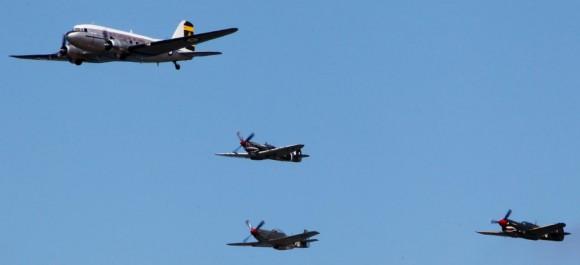 DC-3 Spitfire Mustang e Tomahawk nos 100 anos aviação militar Austrália - foto Dept Def Australia