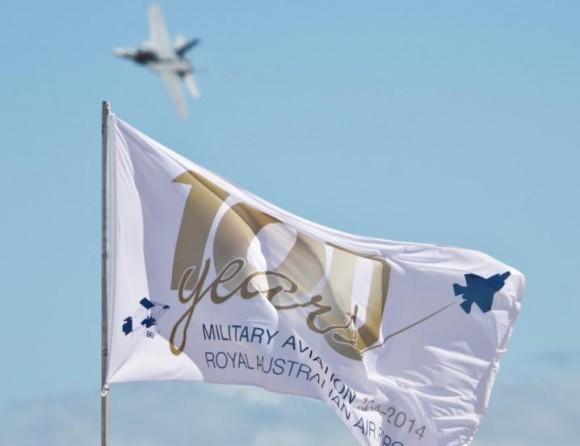 Super Hornet RAAF e bandeira 100 anos aviação militar Austrália com F-35 - foto Dept Def Australia