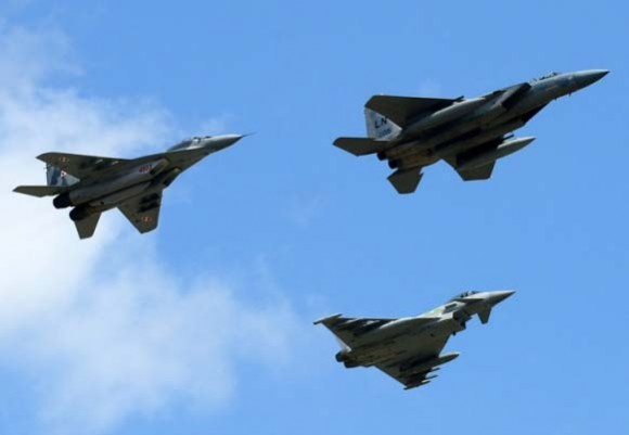 F-15 MiG-29 e Typhoon sobre Siauliai - foto Min Def Lituânia