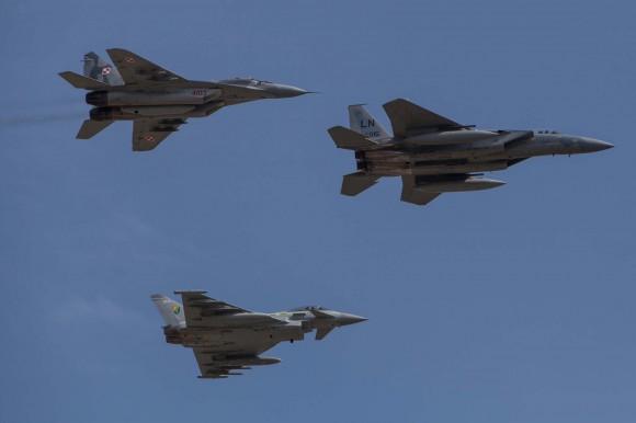 F-15 MiG-29 e Typhoon sobre Siauliai - foto OTAN