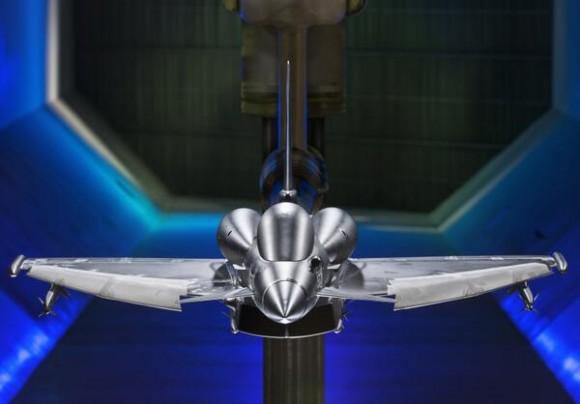 Modelo do Typhoon em teste de túnel de vento com tanques conformais - foto BAE Systems