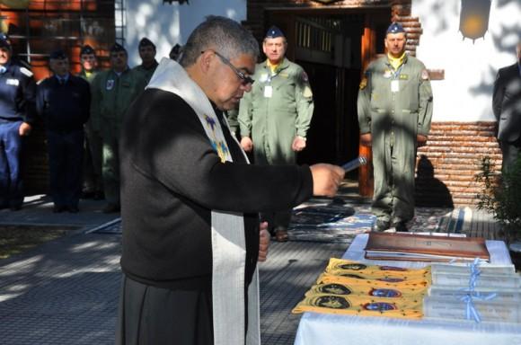 Benção de bolachas e lenços de novos pilotos de A-4AR - 8 maio 2013 - foto Força Aérea Argentina