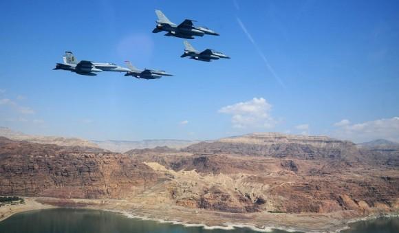 Exercício Eager Tiger 2014 - caças F-18 USMC e F-16 Jordânia e EUA sobrevoam Mar Morto - foto USAF
