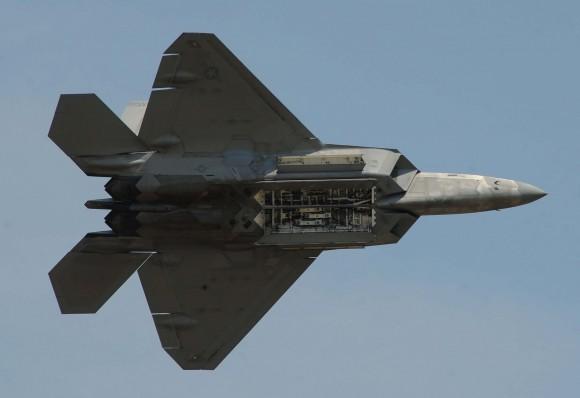 F-22 em apresentação de 26 de abril com baias abertas - foto USAF