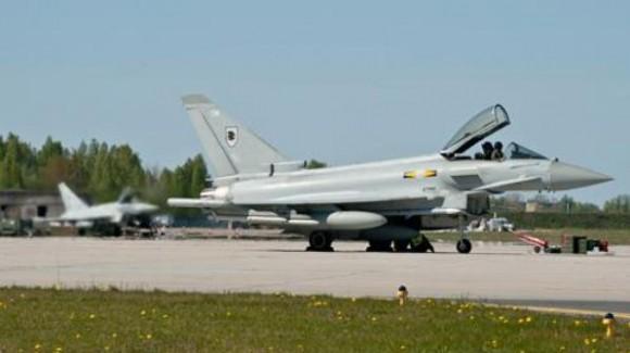 Sec Defesa Reino Unido visita Typhoons em Siauliai - foto 1 RAF