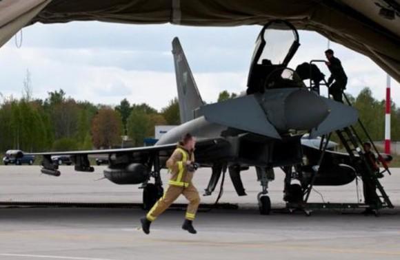 Sec Defesa Reino Unido visita Typhoons em Siauliai - foto 2b RAF