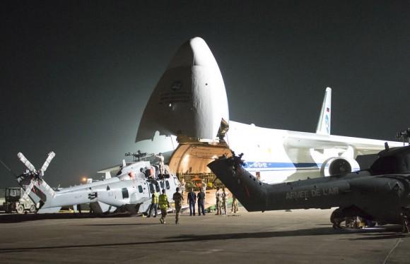 Antonov 124 embarca helis Caracal e Puma - foto Força Aérea Francesa