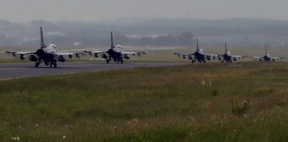 Caças F-16 taxiando em Spangdahlem antes de ir para Polônia - foto USAF