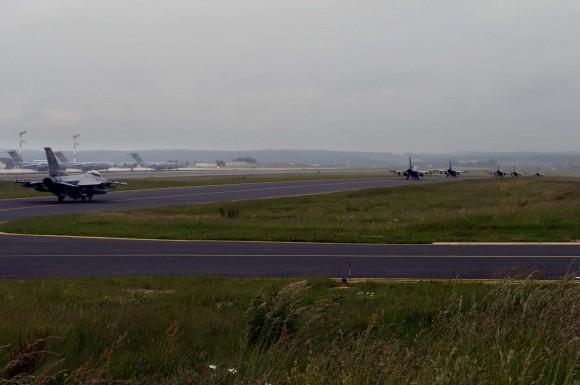 Caças F-16 taxiando em Spangdahlem antes de ir para Polônia - foto completa USAF