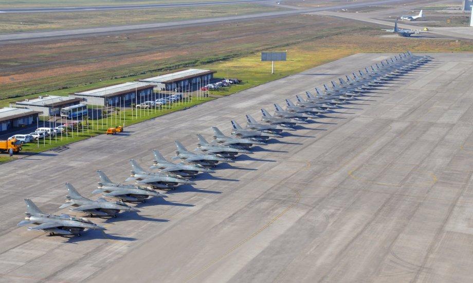 Caças F-16 da Força Aérea Chilena na linha de voo